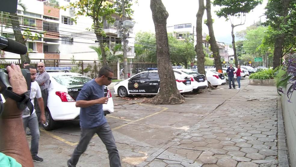 Motorista da Kombi onde estava a menina Ágatha chega à Delegacia de Homicídios, na Barra da Tijuca. — Foto: GloboNews