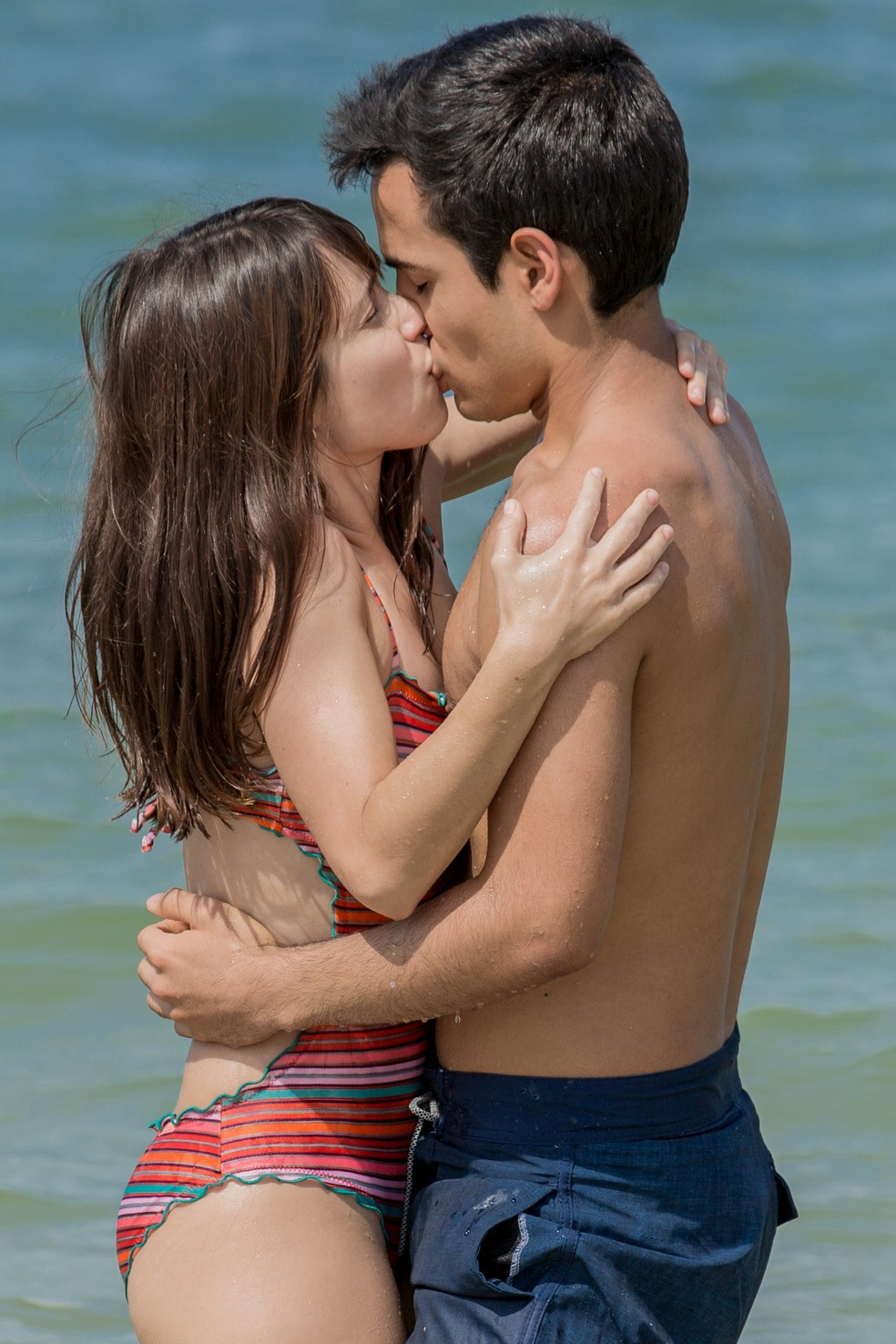 Benê e Guto se beijam na praia (Foto: Fábio Rocha/Gshow)