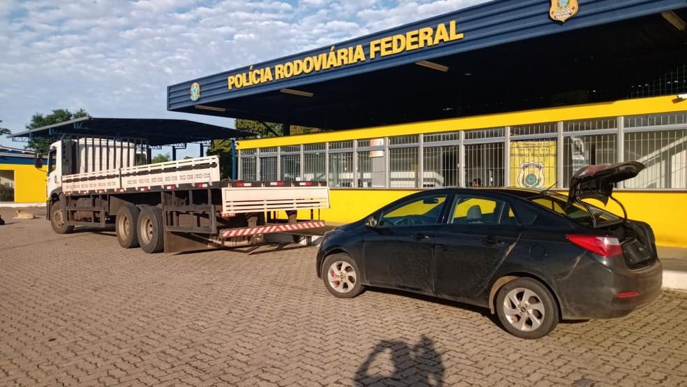 Caminhão era escoltado por um carro e os dois motoristas foram presos — Foto: Polícia Rodoviária Federal/ Divulgação