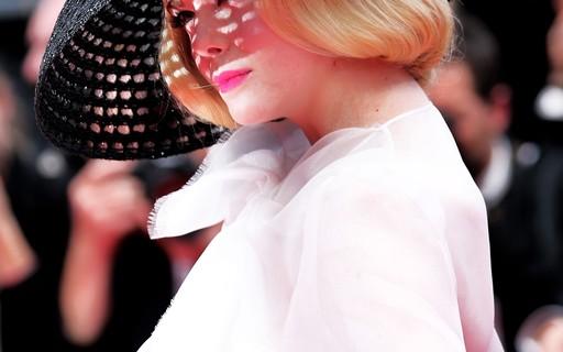 Elle Fanning se transforma em um croqui 50's de Dior alta-costura em Cannes