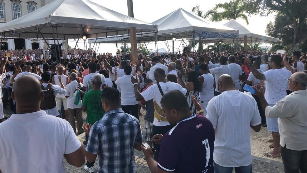 Fiéis se reúnem e subiram a Colina Sagrada nesta sexta-feira para agradecer as bênçãos alcançadas durante o ano — Foto: Vanderson Nascimento/TV Bahia
