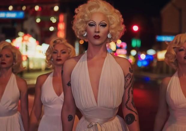 Fantasiar-se de Marilyn Monroe pode ser lugar comum, por isso a versão drag queen da Prada pode ser o refresh perfeito ao look! (Foto: Divulgação)