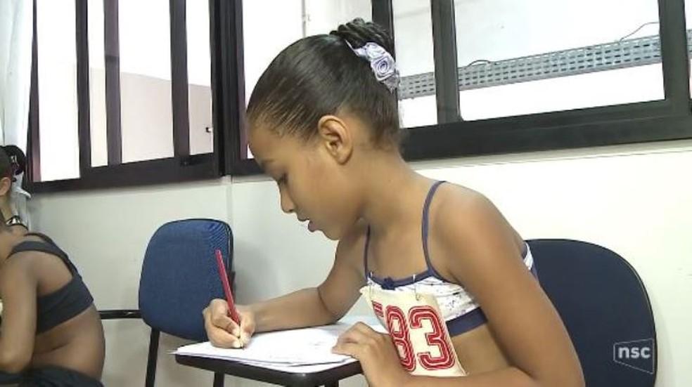 Lara sonha em estudar balé na única escola do Bolshoi fora da Rússia (Foto: Reprodução/NSC TV)