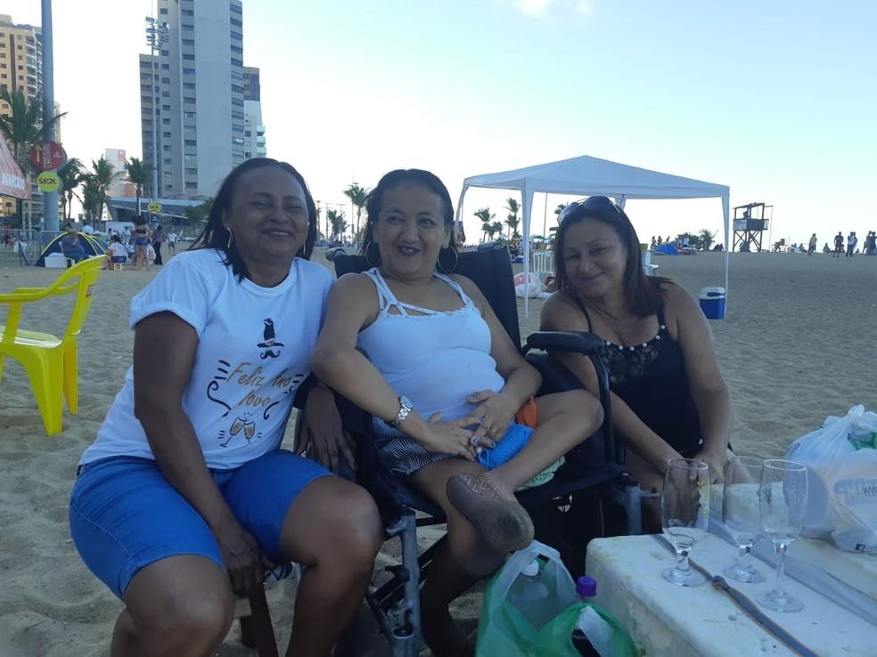 As amigas Francisca Nunes, Etileuza Araújo e Francisca Lúcia se prepararam para passar a noite inteira na festa.  — Foto: Bárbara Câmara