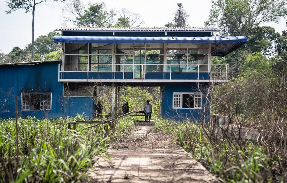 Estrutura construída para fiscalização foi destruído; paredes estão queimadas e vidros quebrados — Foto: Fábio Tito/ G1