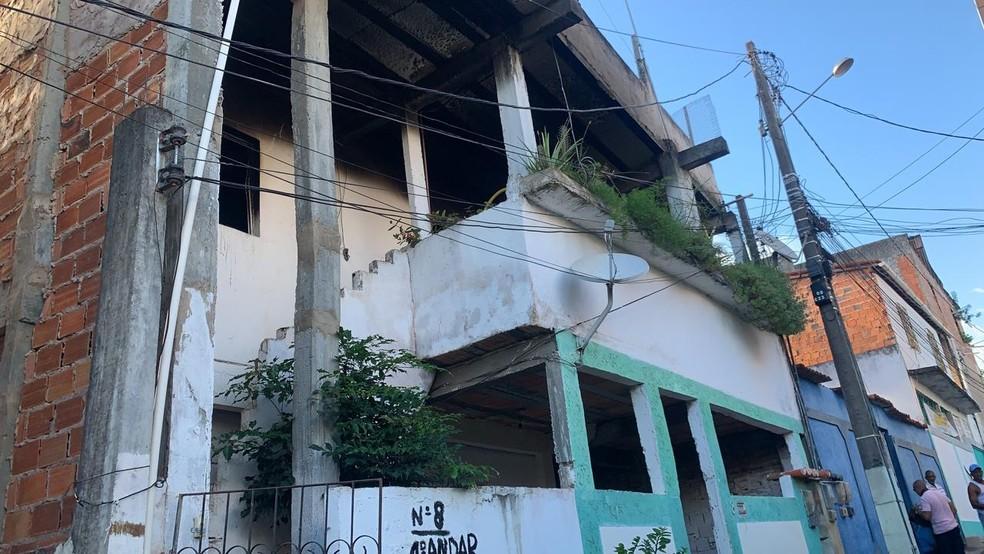 Incêndio atinge casa no bairro de Mussurunga I, em Salvador  — Foto: Victor Silveira/TV Bahia