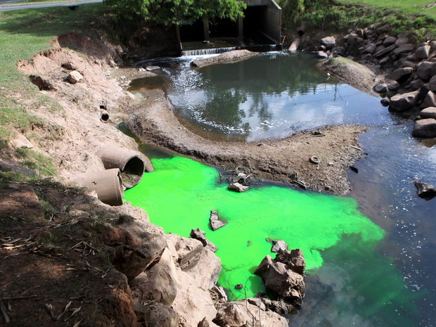 Água no Córrego do Enxofre ficou verde em Piracicaba (Foto: Mateus Medeiros)