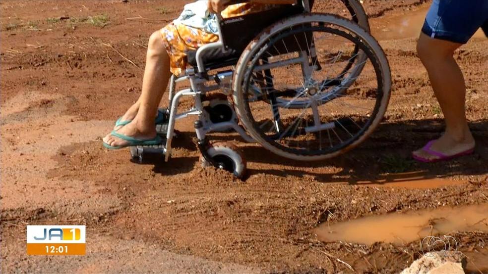 Cadeirantes têm dificuldade em se locomover no atoleiro — Foto: Reprodução/TV Anhanguera