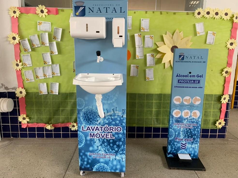 Lavatórios e totens de álcool em gel foram instalados nas escolas municipais de Natal — Foto: Carlos Dhaniel/Inter TV Cabugi
