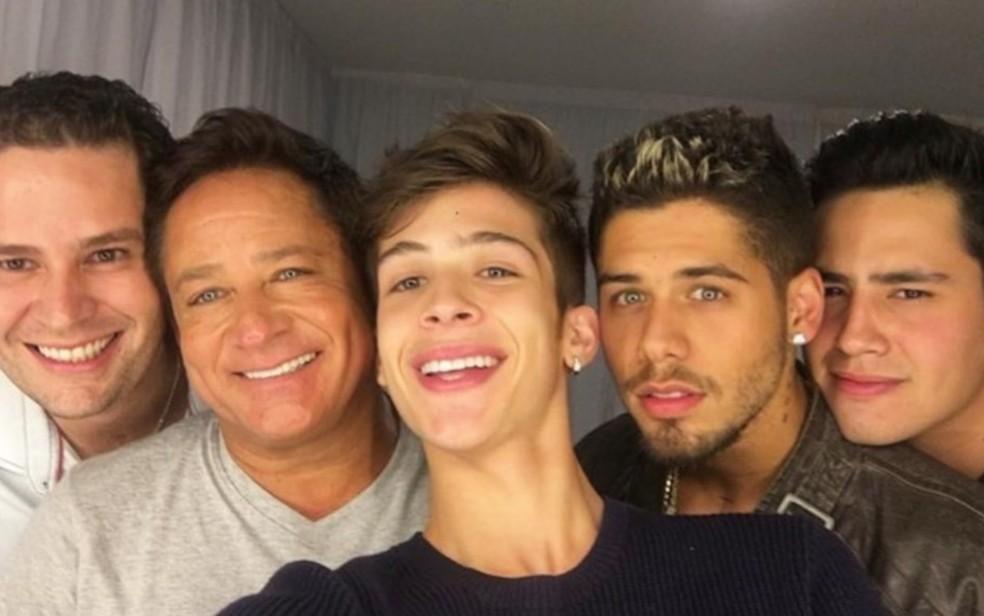 Leonardo com os filhos Pedro Leonardo, João Guilherme, Zé Felipe e Matheus — Foto: Reprodução/Instagram