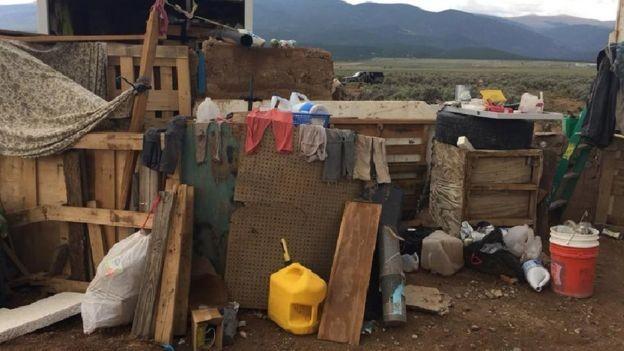 Imagens de dentro do acampampamento onde 11 crianças foram encontradas no Novo México (Foto: EPA via BBC)
