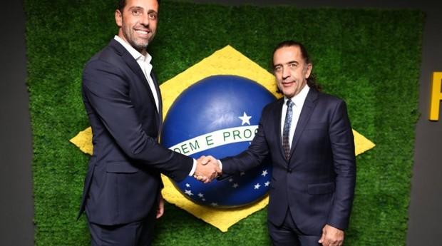 Edu Gaspar, da CBF, e Ricardo Almeida, alfaiate responsáveis pelos ternos da Seleção (Foto: Divulgação)