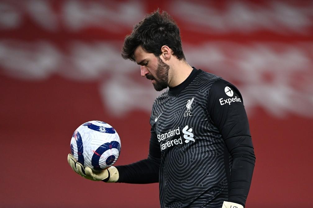 Goleiro Alisson tem sido muito exigido nesta fase ruim do Liverpool no Campeonato Inglês — Foto: Getty Images