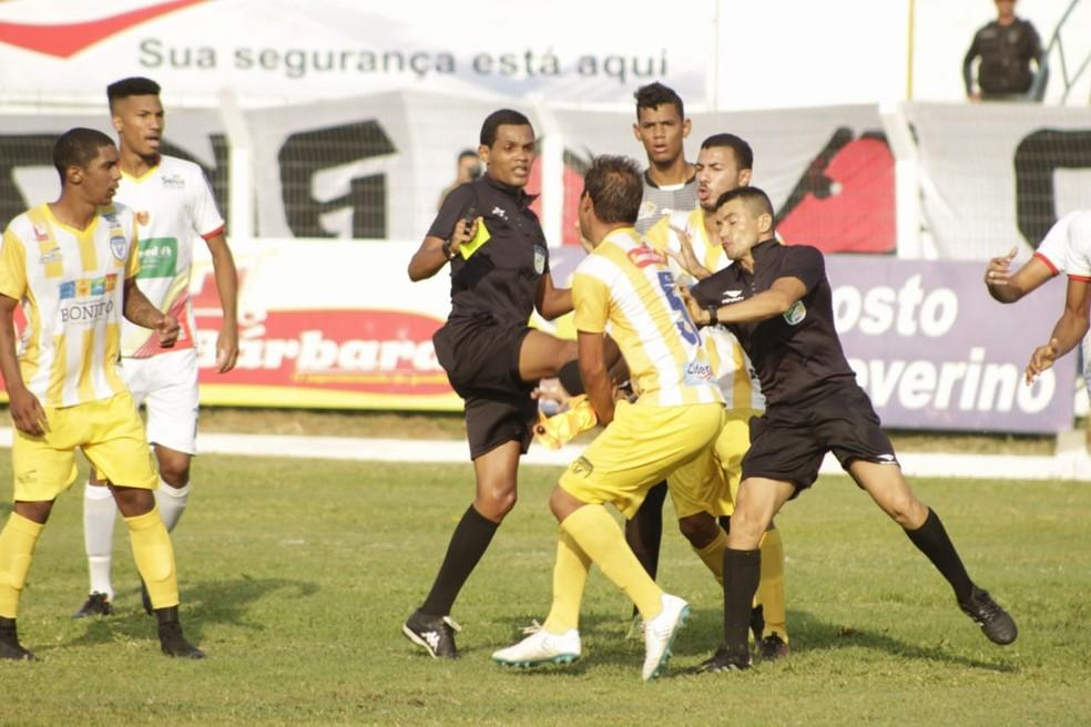 Imagem mostra o árbitro com a perna levantada em direção ao volante Eduardo Erê — Foto: Rafael Pereira / Arquivo pessoal