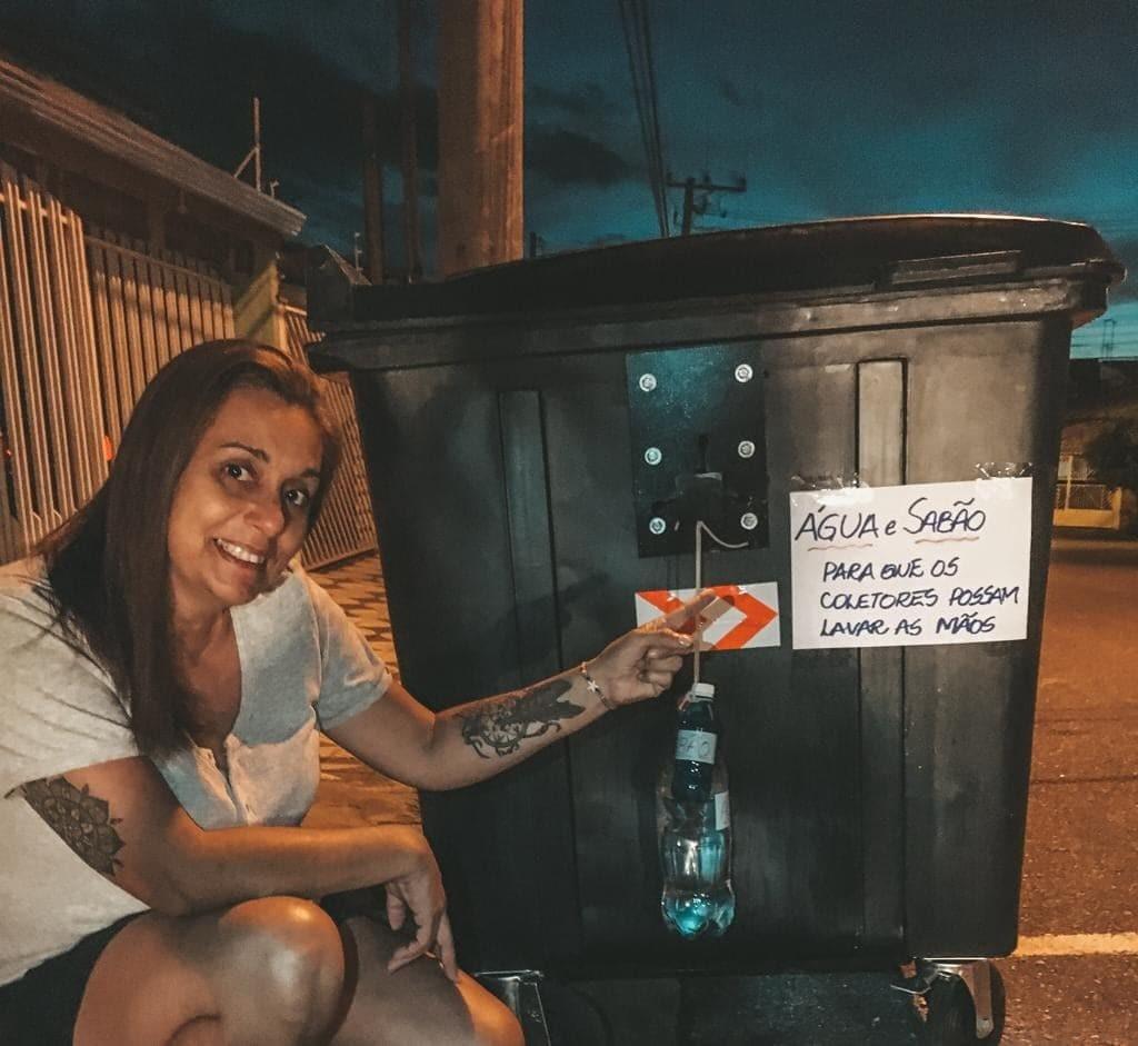 Moradora 'instala' garrafas com água e sabão em contêiner para coletores de lixo em Sorocaba