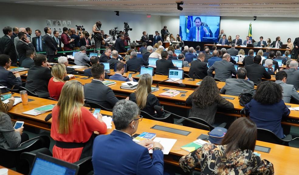 Deputados reunidos em sessão da comissão especial da reforma da Previdência que apresentou parecer de relator na manhã desta quinta-feira (13) na Câmara dos Deputados — Foto: Pablo Valadares/Câmara dos Deputados