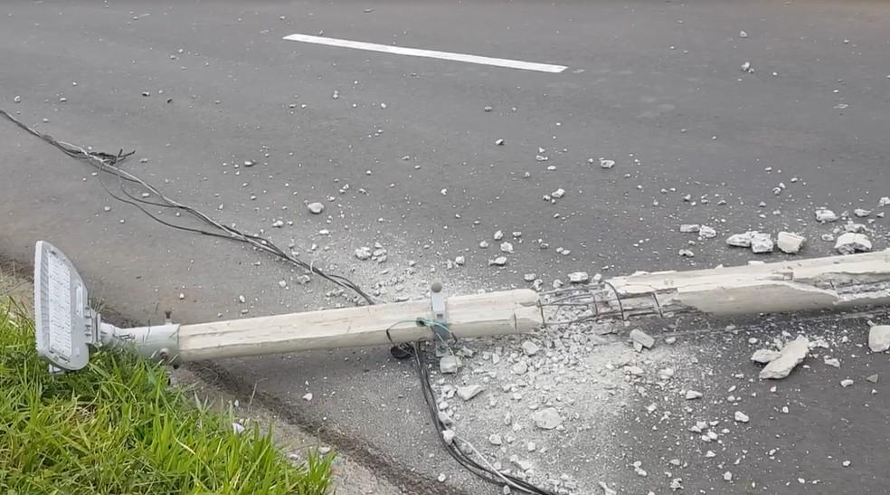 Poste foi derrubado com o impacto da batida em Marília — Foto: Alcyr Netto/Divulgação