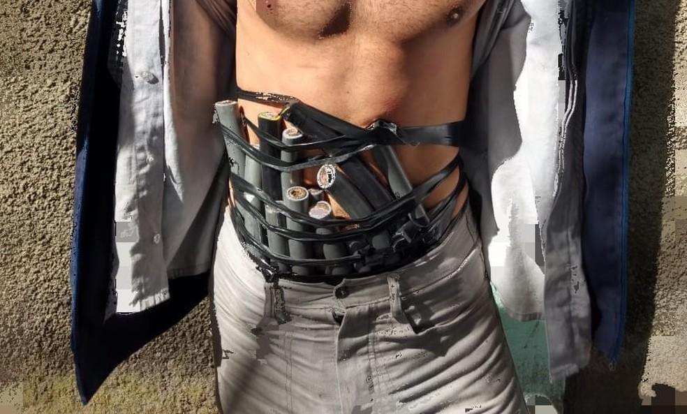 -  Cabos de cobre estavam amarrados na cintura e nos pés do homem  Foto: Polícia Militar de Divinópolis/Divulgação