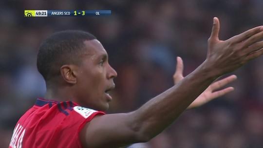 Ex-zagueiro do Santos dá tapa sem querer em juiz e é expulso em empate do Lyon