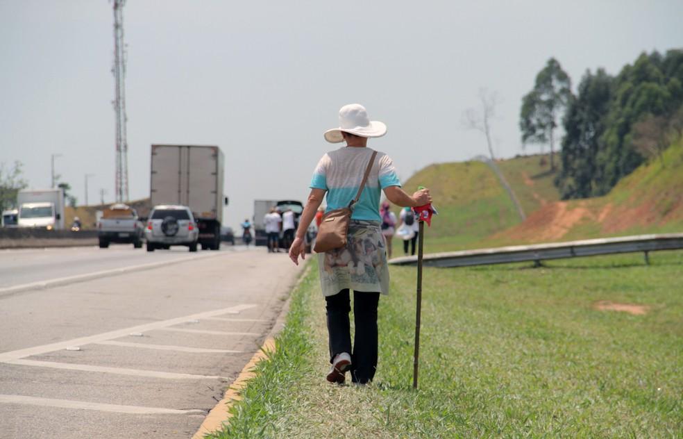 Polícia recomenda que motoristas tenham cuidado com os romeiros em peregrinação na Dutra (Foto: Carlos Santos/ G1)