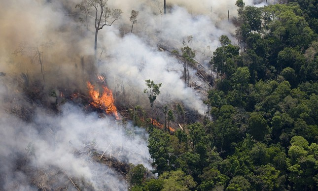 Incêndio próximo a BR 163 e a Floresta Nacional do Trairão, no Pará, em agosto de 2008