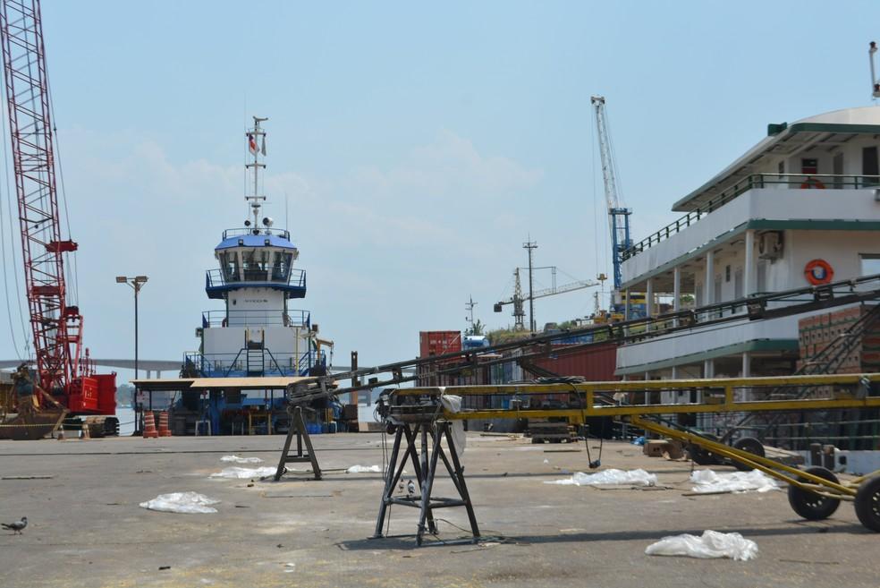 Os dois containers com as 17 toneladas serão embarcados na balsa nesta quinat-feira (24) com destino a Manaus (AM) e de lá vão para um navio que segue para a Holanda (Foto: Hosana Morais/G1)