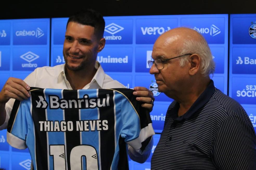 Thiago Neves recebeu a camisa 10 do presidente Romildo Bolzan — Foto: Lucas Bubols / GloboEsporte.com