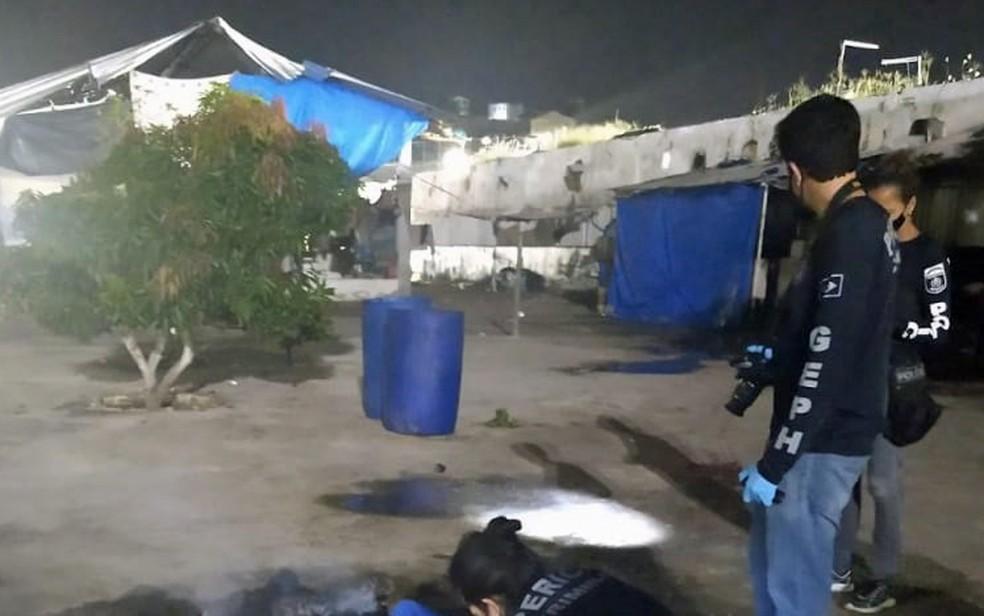 Peritos foram acionados após confusão entre detentos no Complexo do Curado, na Zona Oeste do Recife — Foto: Reprodução/WhatsApp
