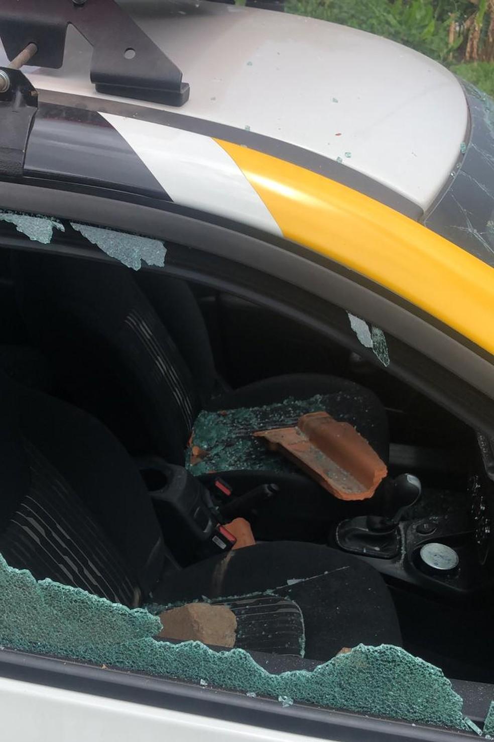 Vidros do carro foram quebrados — Foto: Divulgação