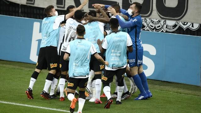 Jogadores do Corinthians comemoram o gol de Otero