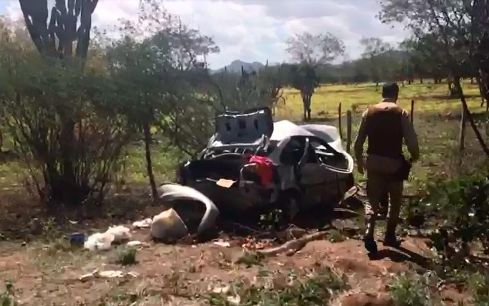 Carro saiu da pista após o acidente (Foto: Danilo Ribeiro/TV Bahia)