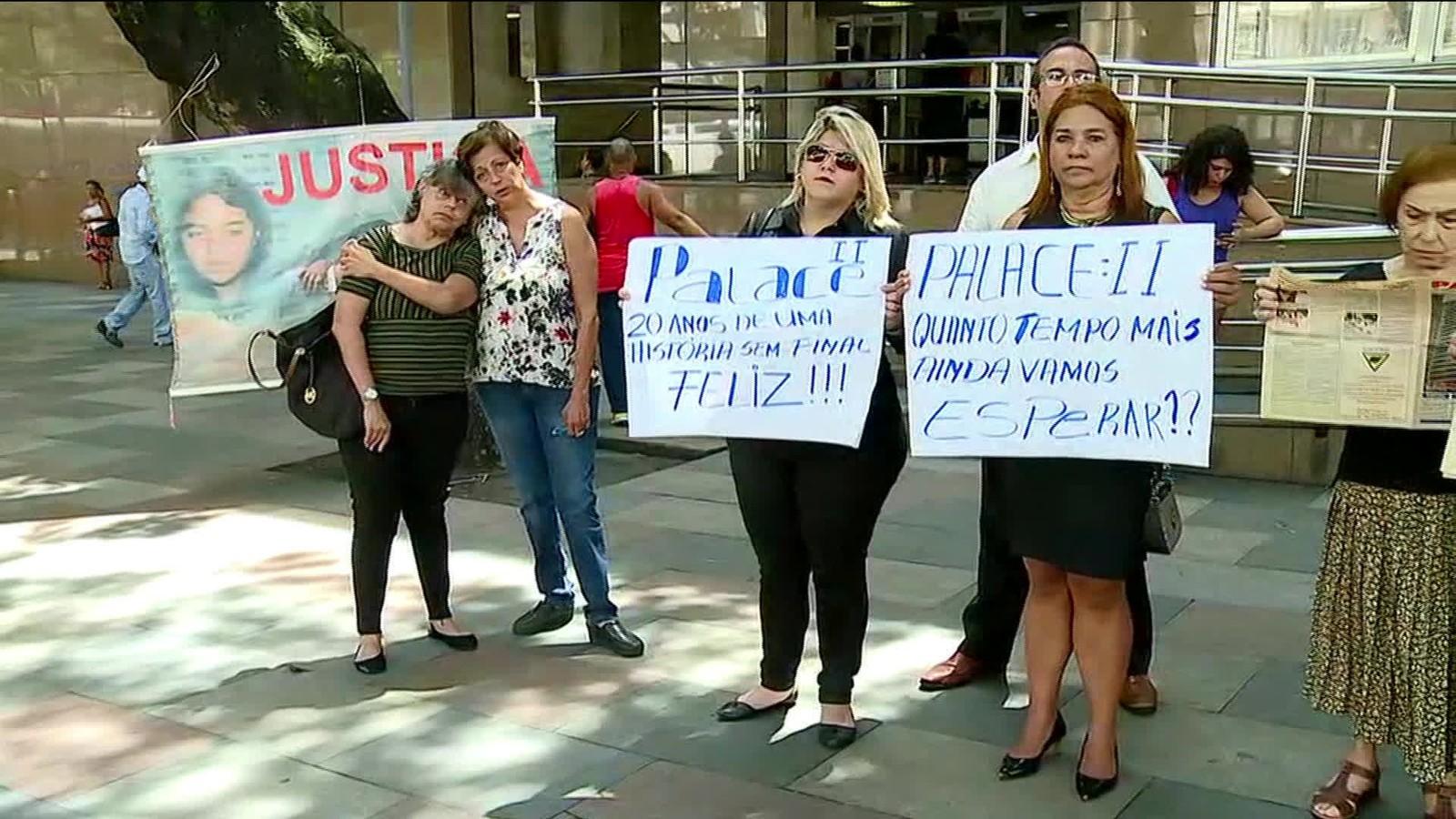 Moradores do Palace II protestam em frente ao Tribunal de Justiça do Rio de Janeiro (Foto: Reprodução/ GloboNews)
