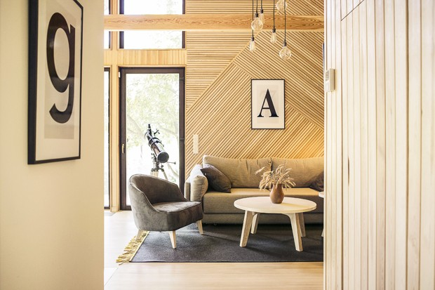 Chalé de 68 m² esbanja amplitude com madeira clara (Foto: Alexandra Kononchenko/Divulgação)