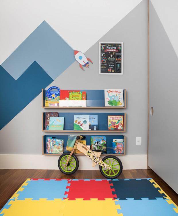 Tapete colorido da Bras Hsie. Foguete na parede da Pendurama. Bicicleta de acervo pessoal (Foto: Lufe Gomes / Divulgação)