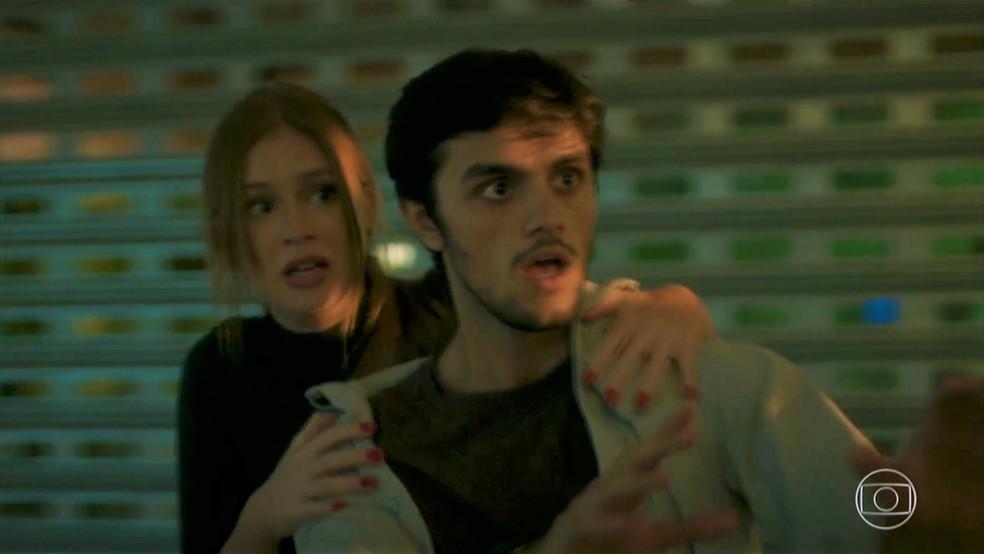 Eliza (Marina Ruy Barbosa) e Jonatas (Felipe Simas) são pegos de surpresa — Foto: TV Globo