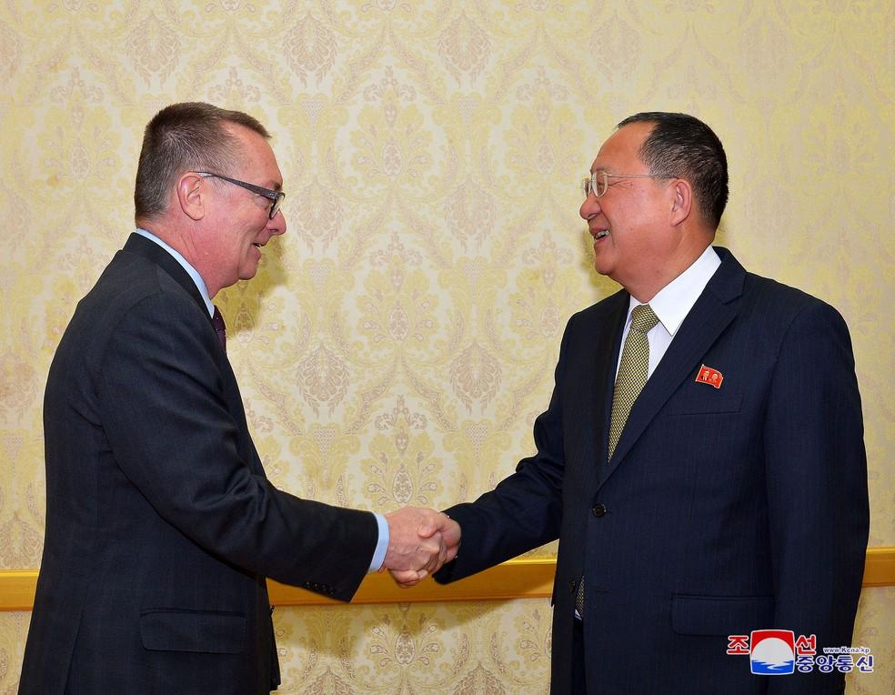 Representante da ONU, Jeffrey Feltman, cumprimenta o ministro das Relações Exteriores da Coreia do Norte, Ri Yong-Ho, durante encontro no dia 7 de dezembro, em Pyongyang (Foto: KCNA/Reuters)