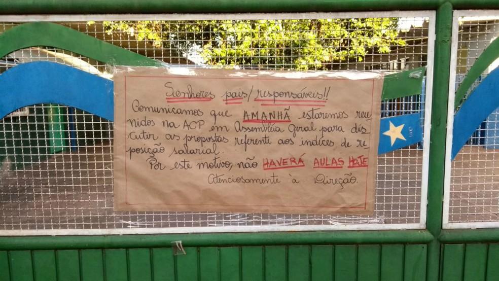 Na porta da escola, pais encontraram aviso de que não haverá aula em razão da paralisação dos professores (Foto: Rodrigo Grando/TV Morena)