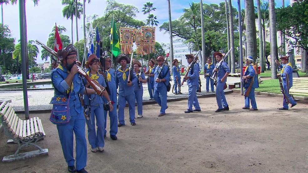 Bacamarteiros do Cabo de Santo Agostinho se apresentaram na Praça da República (Foto: San Costa/TV Globo)