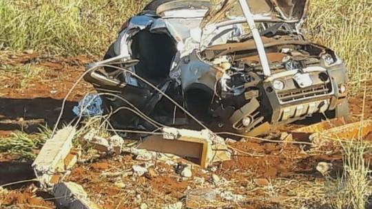 Casal morre após carro colidir contra poste em rodovia próximo a Morro Agudo, SP