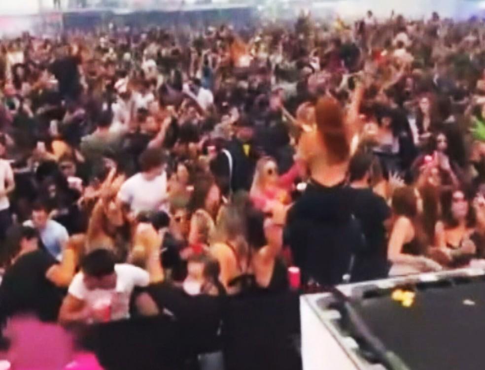 Multidão aglomerada em festa autorizada pela prefeitura na Barra da Tijuca — Foto: Reprodução/TV Globo