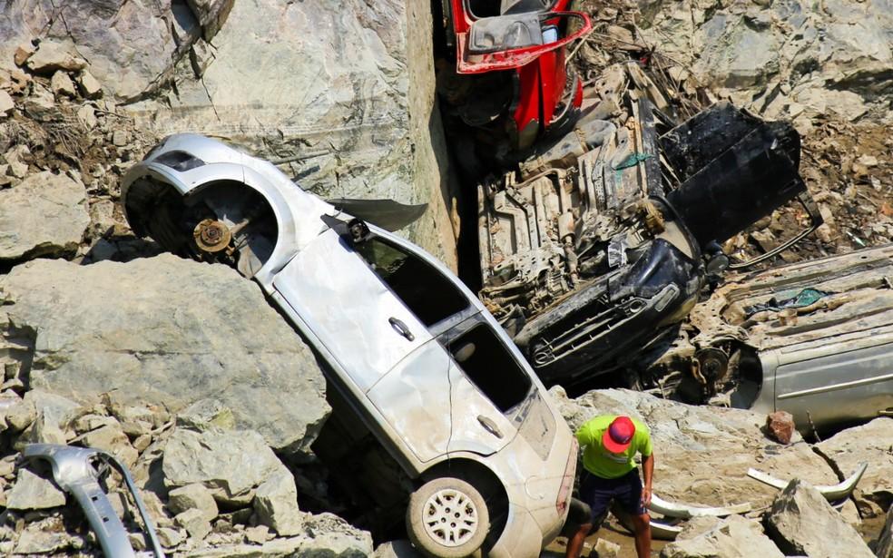 Carros encontrados em lago de pedreira de Salto de Pirapora após nível da água baixar tiveram peças furtadas — Foto: Arquivo pessoal