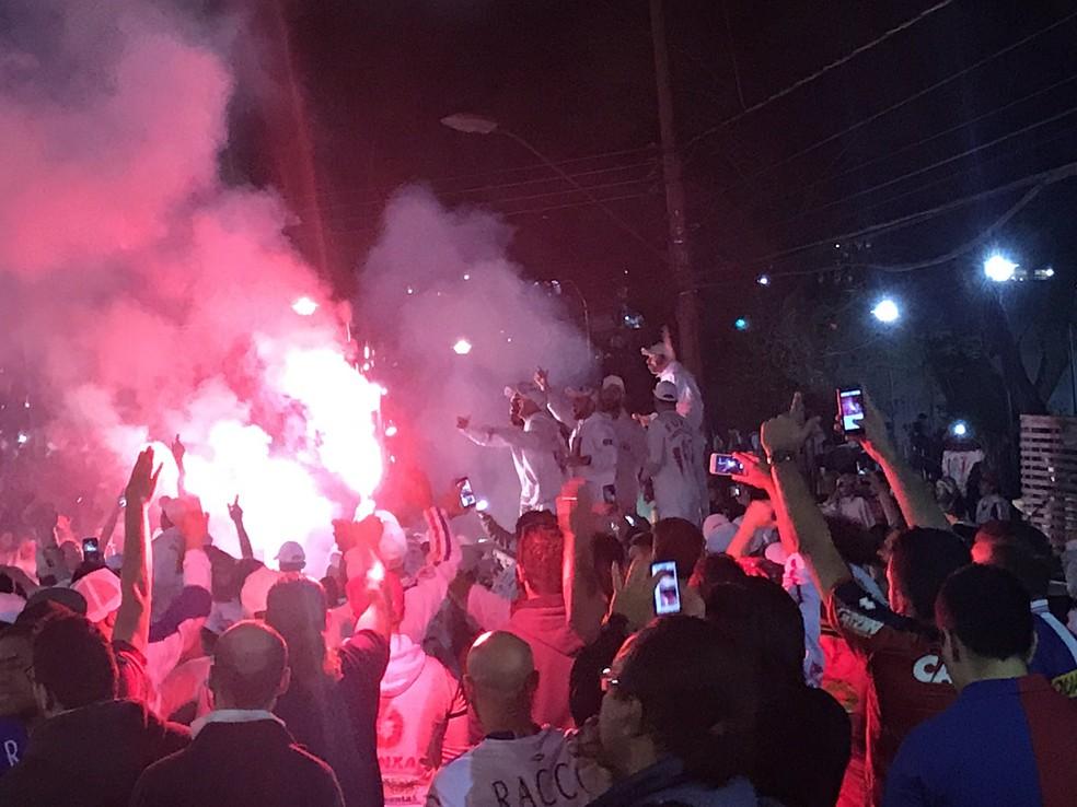 Torcida iniciou a festa fora da Baixada antes dos jogo (Foto: Gabriela Ribeiro)