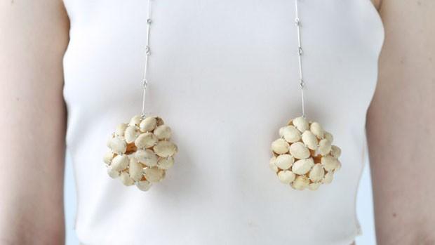 Designer cria joias feitas com casca de pistache (Foto: Divulgação)