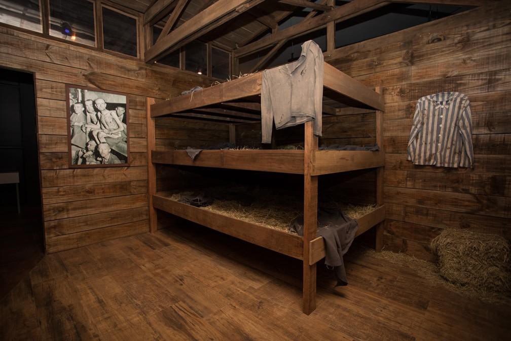 Reprodução de beliches que abrigavam prisioneiros no campo de Auschwitz, na Polônia. Memorial do Holocausto será inaugurado no dia 12 (Foto: Fábio Tito/G1)