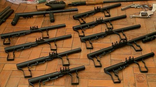 Homem é flagrado vendendo armas de fabricação própria em Cachoeira do Sul, e polícia descobre arsenal