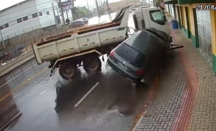Câmera flagra caminhão desgovernado em rua de Blumenau; VÍDEO