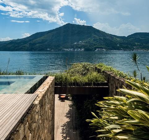 Casa de 900 m² é refúgio em Angra dos Reis, no Rio de Janeiro