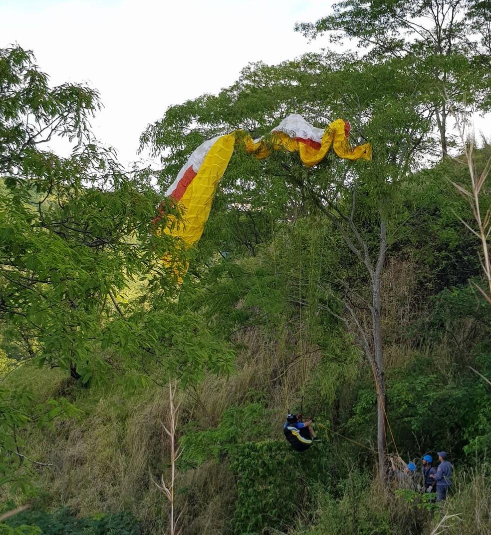 Corpo de Bombeiros usaram cordas para resgatar a vítima em Marília (Foto: Corpo de Bombeiros / Divulgação)