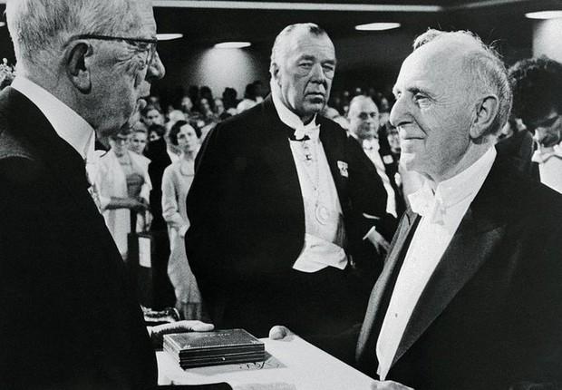 Kuznets (à direita) quis fazer algo muito diferente da concepção atual do PIB; na imagem, ele aparece recebendo o prêmio Nobel de Economia, em 1971 (Foto: Getty Images via BBC)