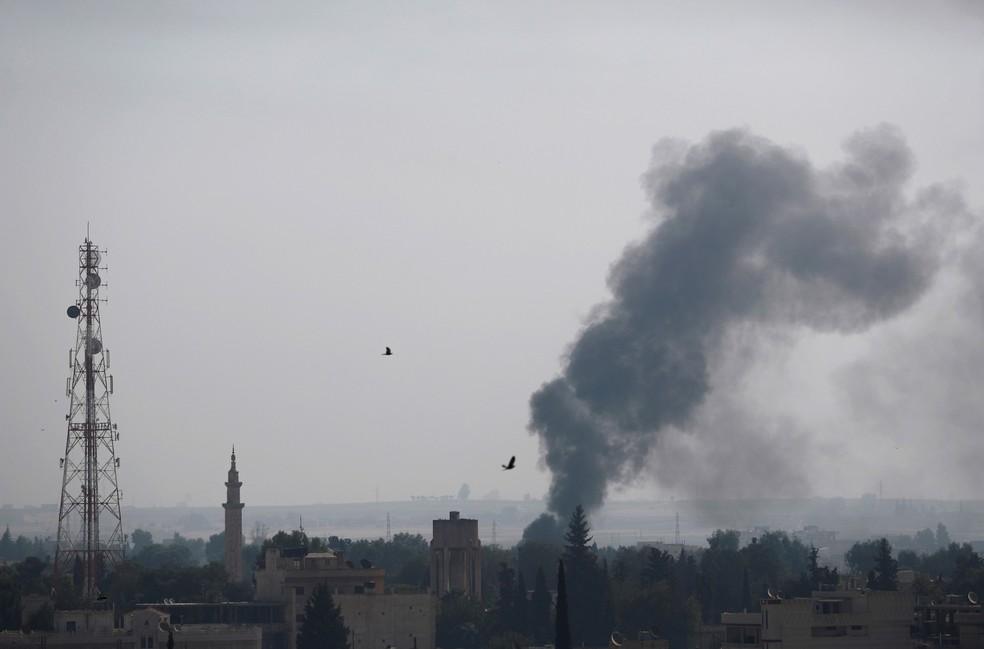 Fumaça é vista sobre a cidade síria de Ras al-Ain após bombardeio turco nesta quinta-feira (10)  — Foto: Murad Sezer/ Reuters